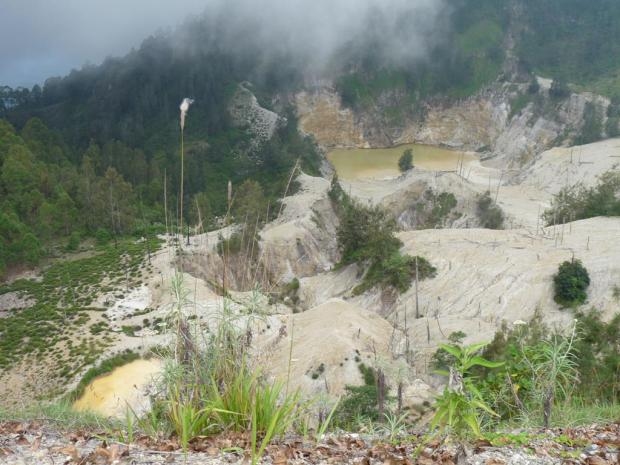 And this is the last volcano I saw in Flores. Wawo Muda erupted in 2001 in the middle of a hilly area and created this beautiful crater. It is easy to get there. From the town of Bajawa there is a road to a village and then it is a short walk to the crater.