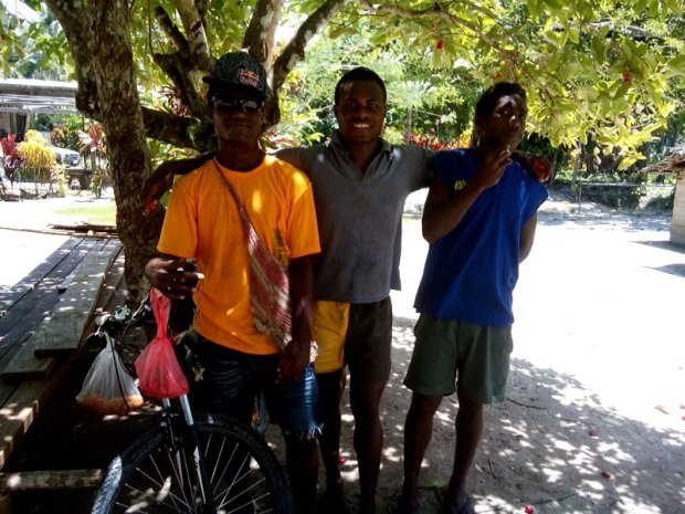 I rode for most of the first 35 km with these three boys who were training for the Independence day bicycle race that was going to be held in four days' time. They ride 70 km (from their village to Kavieng and back) every morning, starting at 6 am. And then have a shorter session in the evening. The stakes are high - besides the money award, the first ten at the finish line will go to Port Moresby for another bike race. And the best cyclists from there will represent PNG internationally. They didn't have very good bikes - basically as good as they could afford, one even borrows his from the neighbors every day for training and will also use it for the race, but they were very eager to win. Back at their village we had a chat on the beach, they gave me some coconut to drink and some yasin - a red fruit that grows on a tree, has the shape of a flower and tastes like strawberry.