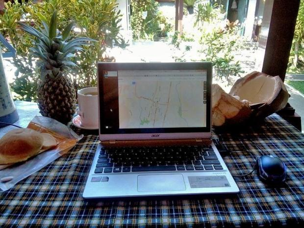 I stayed in a homestay in the center of Ubud for more than ten days, doing work. This is what my office looks like. A nice lady was selling fruit just outside every morning and a western style bakery was 2 minutes walk away. What else does a translator need?