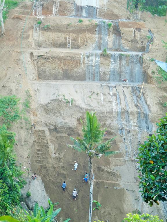 So many vilas are built in Ubud that the hilly landscape is getting overcrowded. Here some workers are doing grading in hope the expensive vilas up there are not going to fall down into the river some day. Fingers crossed!